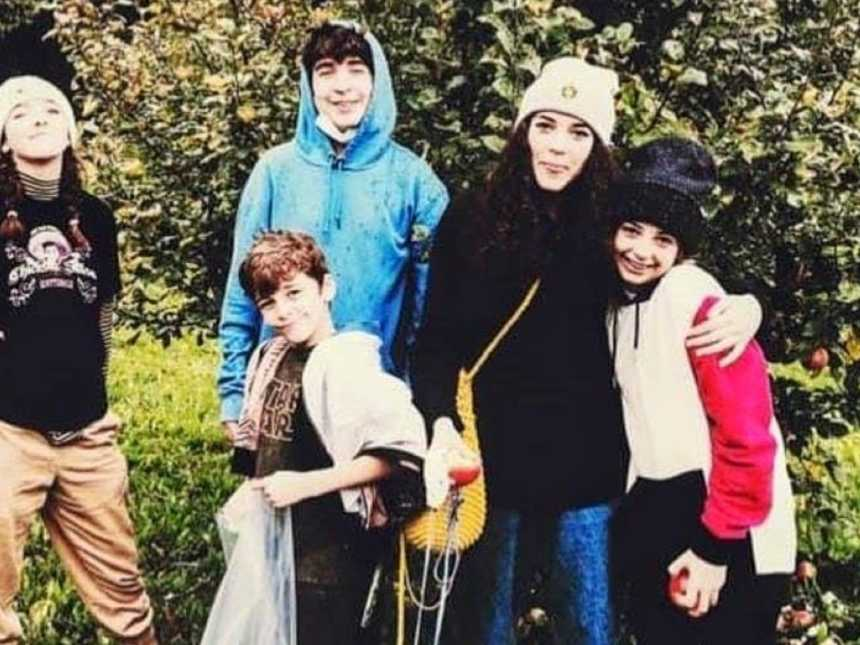 Mom of five snaps group photo of her kids before going to a family event