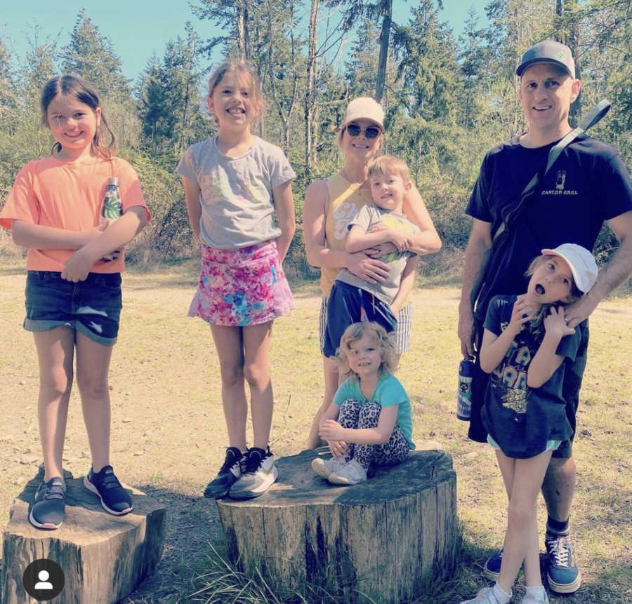 一个大家庭和6个孩子在外面拍照