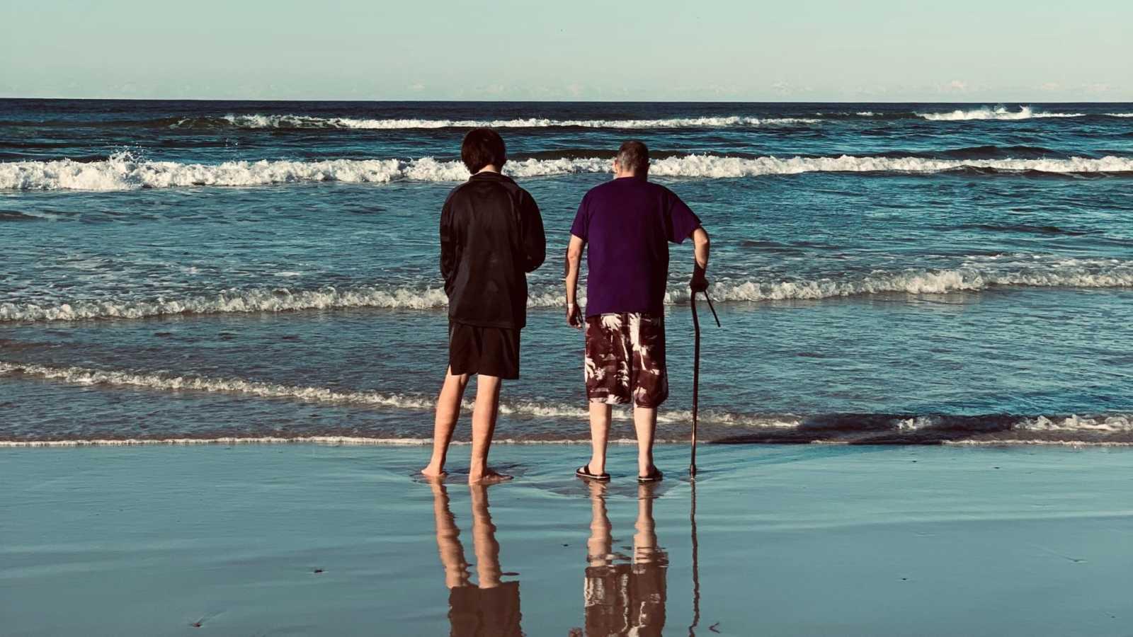Man with terminal illness enjoys final days on beach with friends