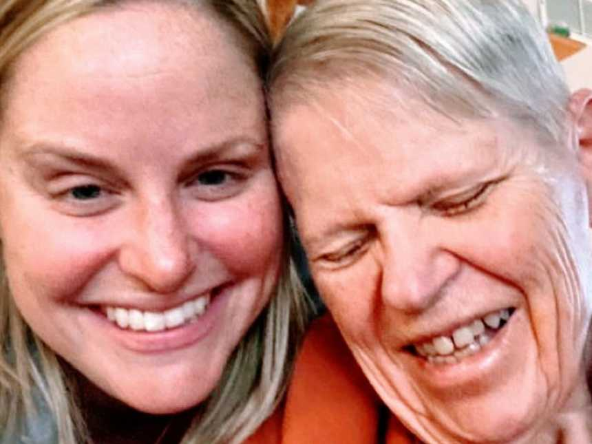 Woman takes sweet selfie with mom fighting Alzheimer's disease