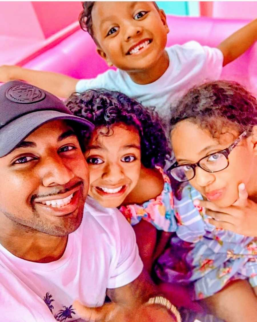 Single dad takes colorful selfie with his two older daughters and young son