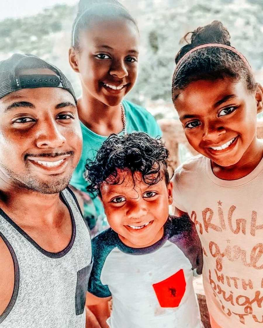 Single dad takes up close selfie with his three children
