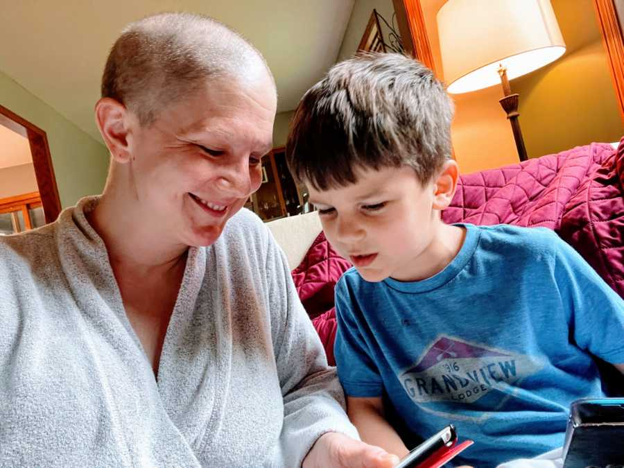 Mom battling breast cancer plays Roblox with her son on the couch