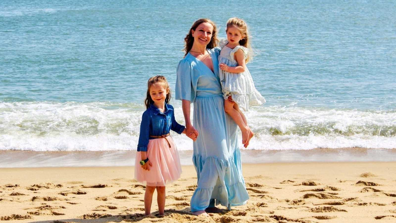 Mom to two daughters takes beautiful photo with her girls on the beach