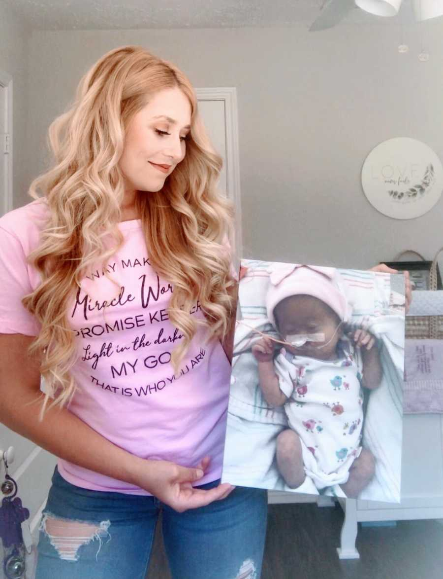 Mom takes photo with blown-up image of her newborn daughter before she passed