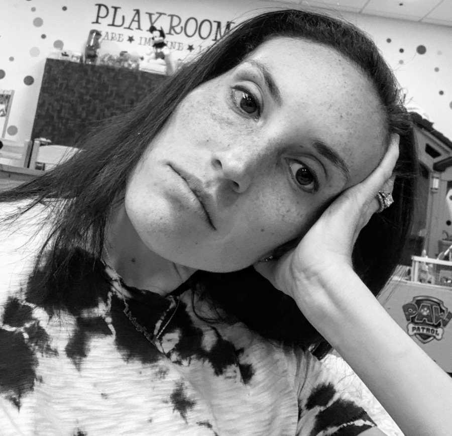 Burnt out introverted mom takes raw photo, opening up about her bad day