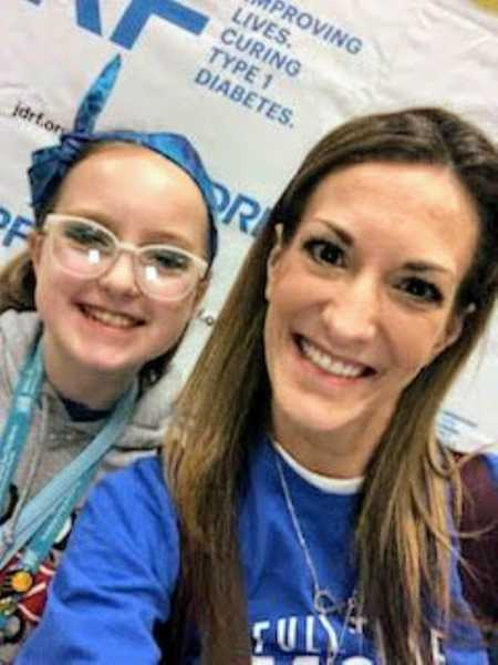 Mom takes selfie with diabetic daughter at diabetes event