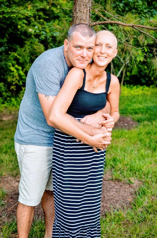 丈夫拥抱身患癌症的妻子