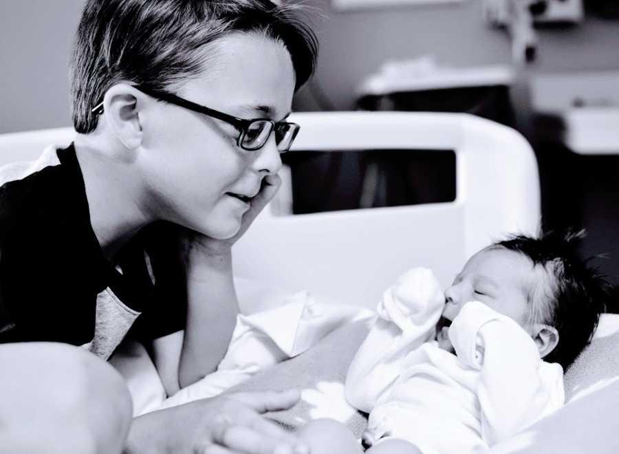 一个小男孩和他的小妹妹在医院里