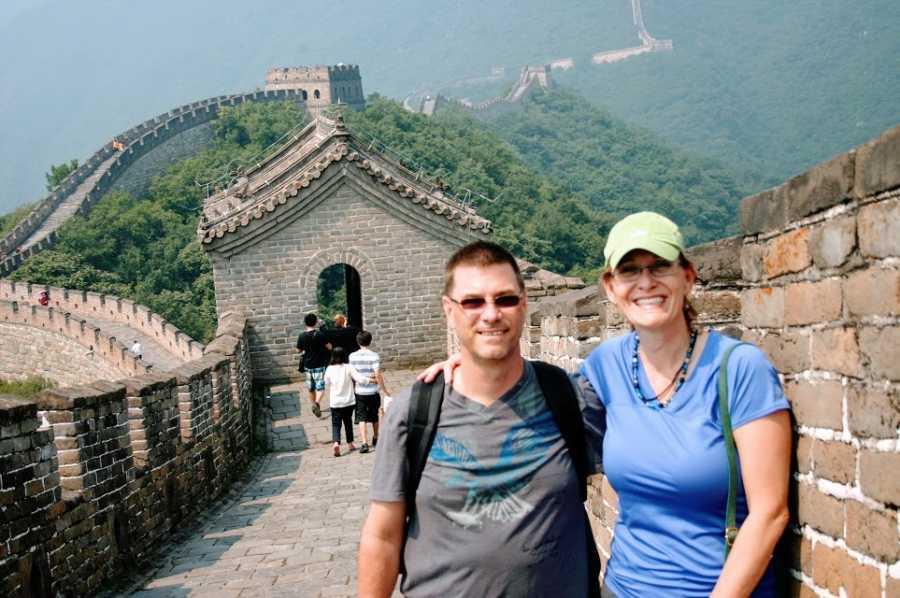 一个丈夫和妻子站在中国的长城