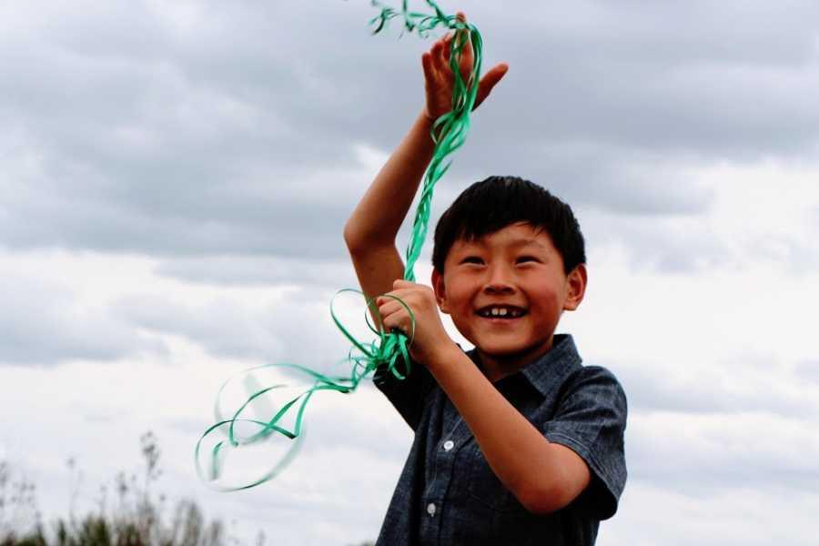 一个小男孩用外面的缎带玩