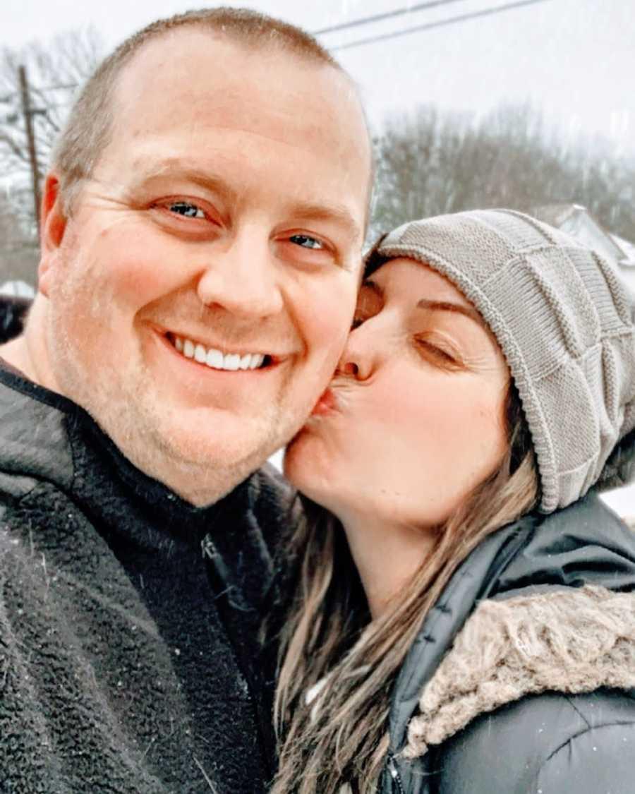 妻子亲吻丈夫的脸颊