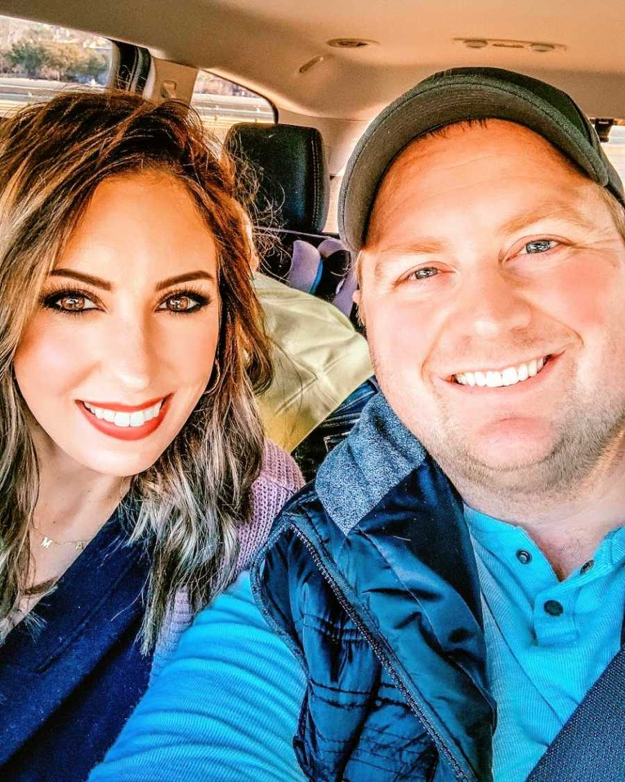 一位母亲和她的丈夫一起坐在车里