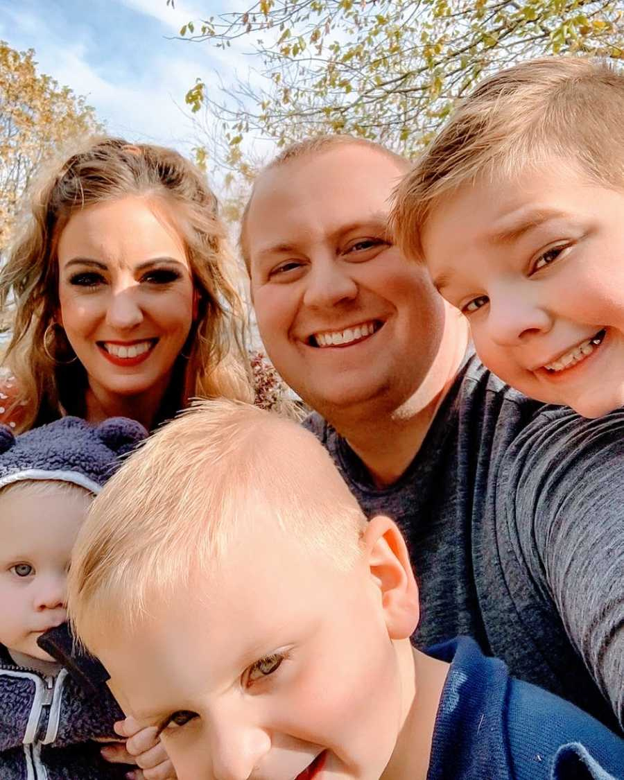 一对夫妇和他们的三个孩子进行了一场混乱的自拍