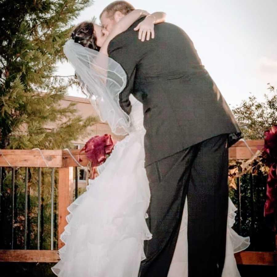 新娘和新郎在阳台上接吻