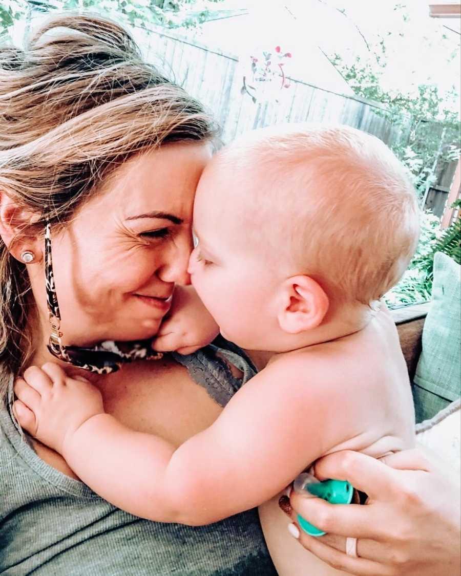 一位母亲把鼻子紧贴着她刚出生的儿子