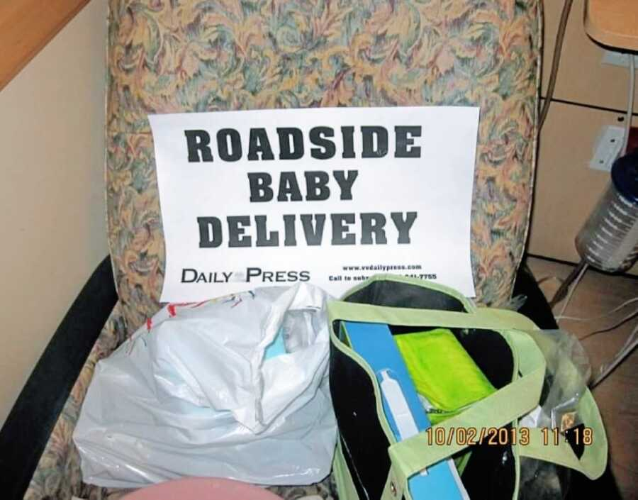 """Woman takes photo of sign that reads """"roadside baby delivery"""" after giving birth in her car"""
