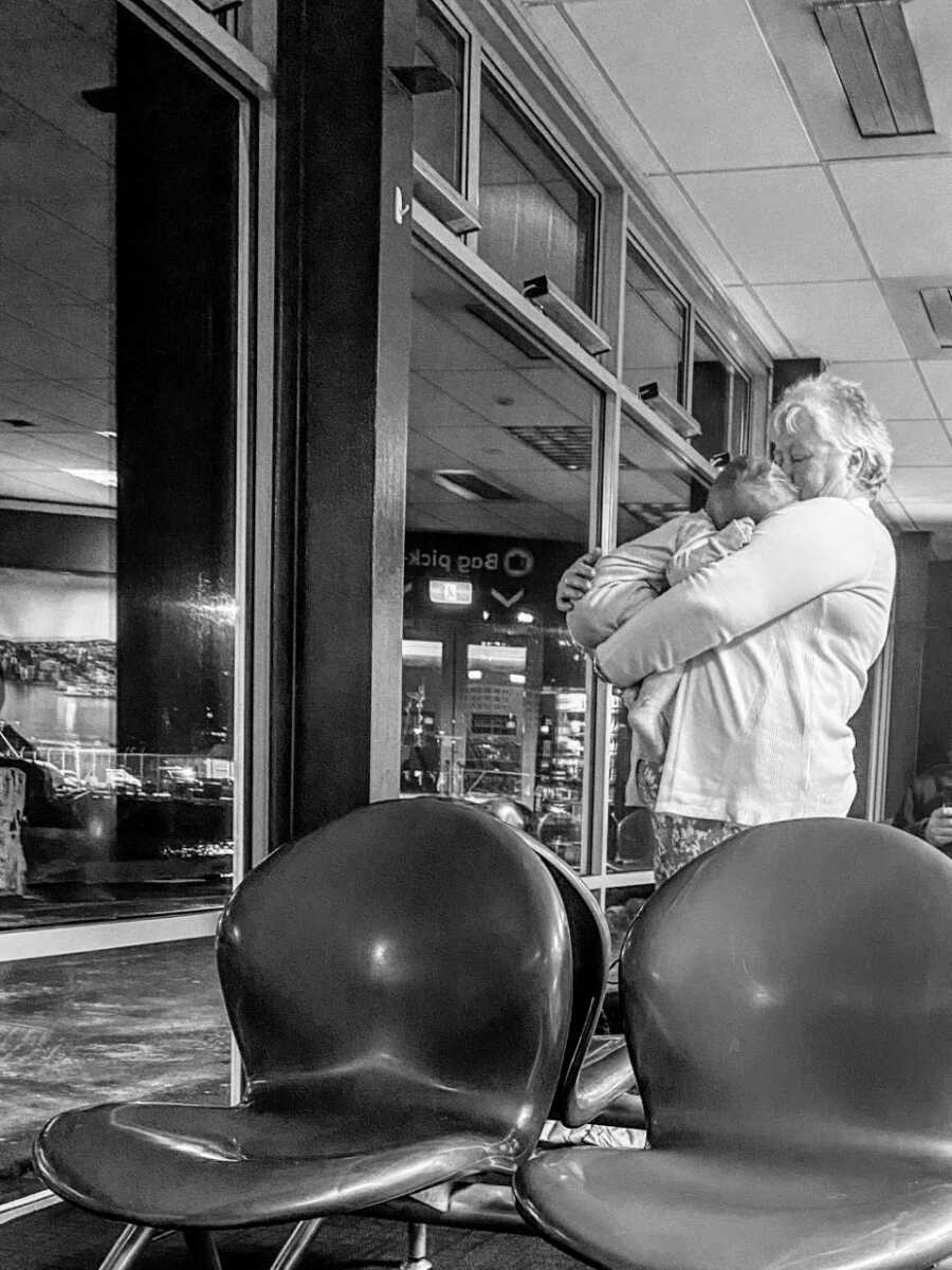 Mom takes a photo of a stranger helping her with her children at the ferry terminal to give her a break