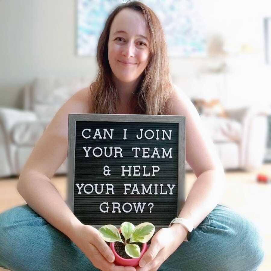 """2期望成为代理人的妈妈带着植物的照片和一个读的标志,读""""我可以加入你的团队,帮助你的家人成长吗?"""""""