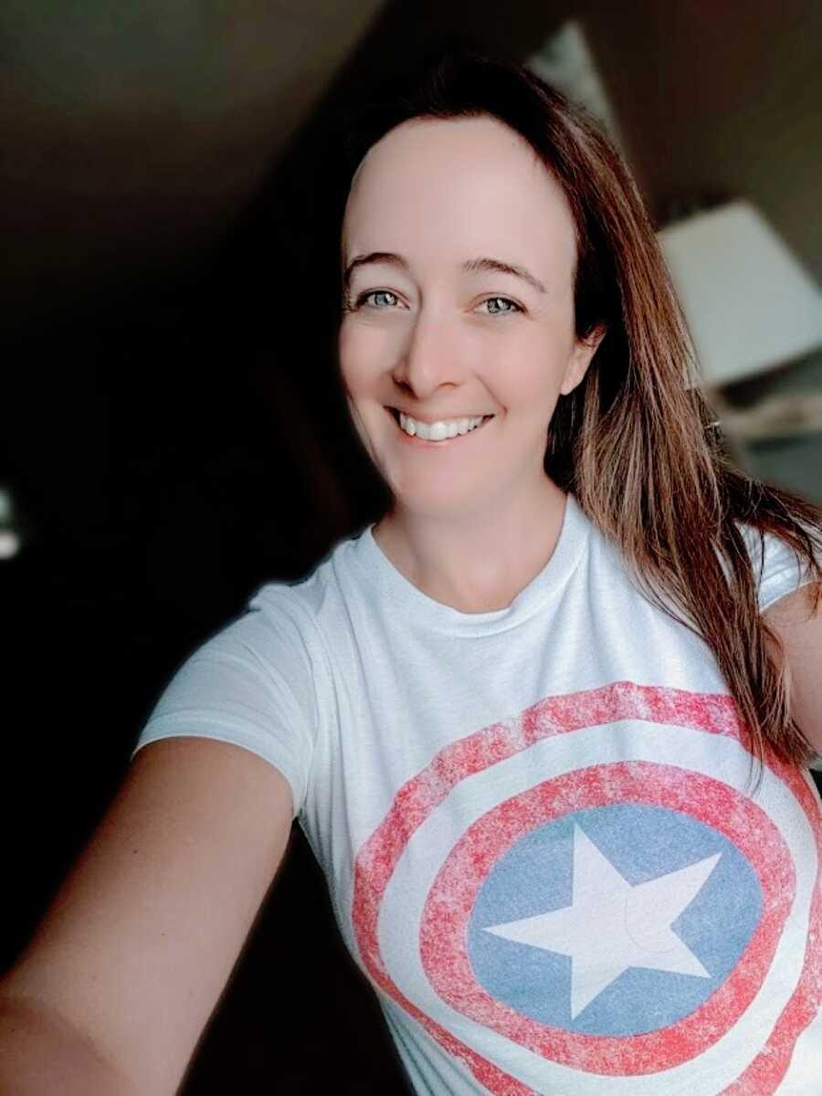 呆在家里,两个孩子的妈妈现在想成为代孕妈妈,穿着美国队长的t恤自拍