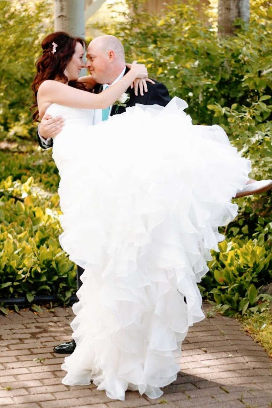 新婚夫妇将夫妻照片一起分享,在丈夫抱着他的妻子时分享一个亲密的时刻,而他们互相看着彼此的眼睛
