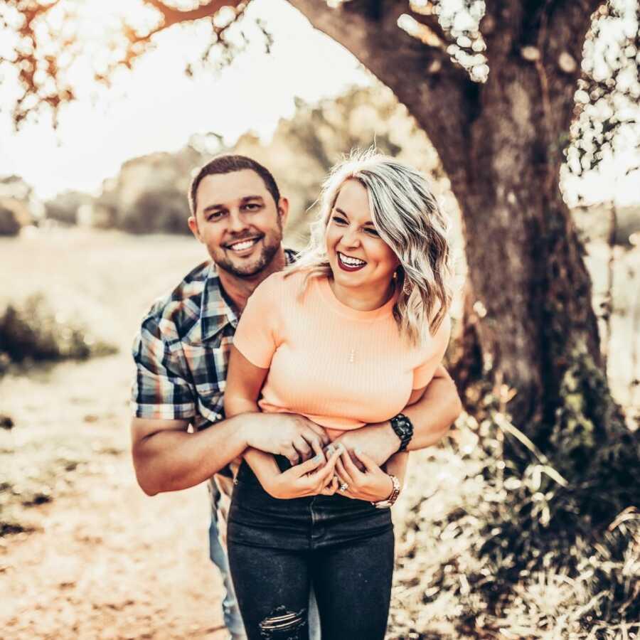 一对患有不明原因不孕不育的夫妇手牵着手拍了一张偷拍照片