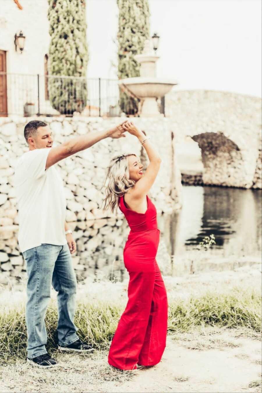 年轻夫妇一起跳舞,当拍照时宣布他们的胚胎采用