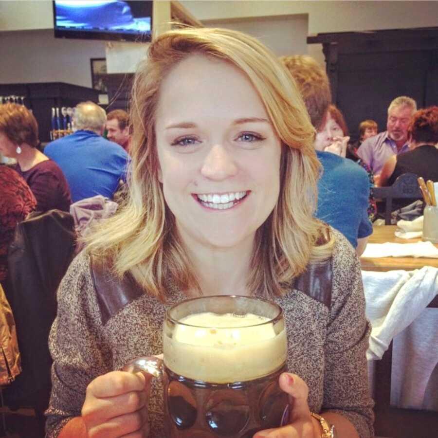 倡导对心理健康的妇女喝一只巨型啤酒,而在运动酒吧