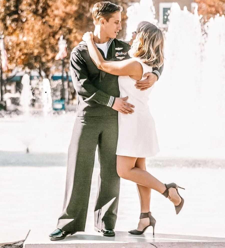 在爱的年轻夫妇采取订婚照片,一件白色礼服的妇女和海军制服的人