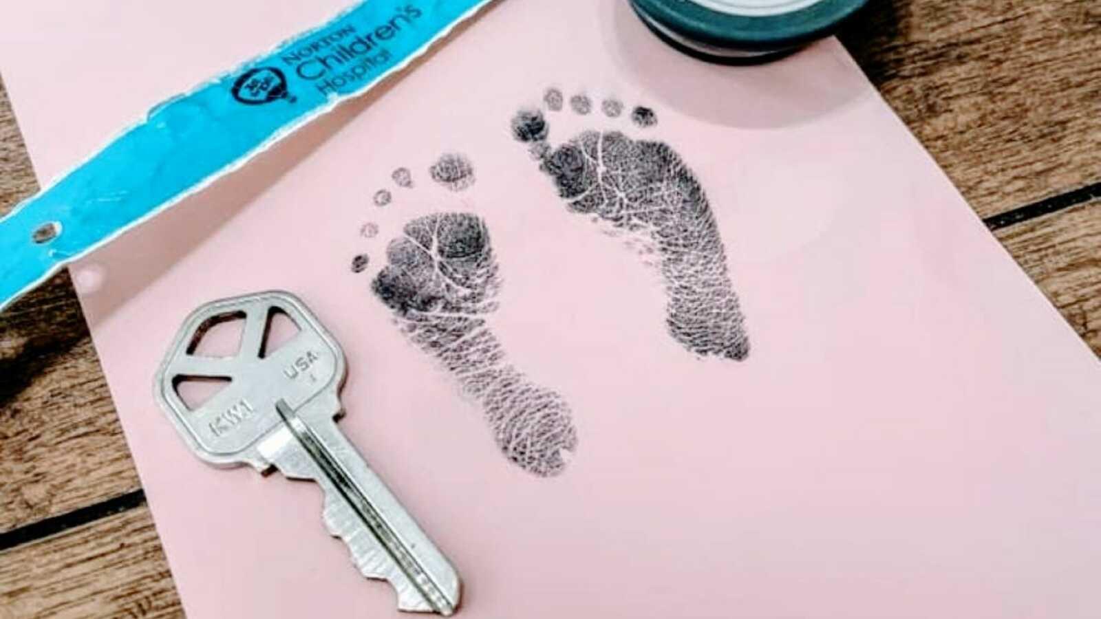 Nicu Mama在房子钥匙旁边拍了一张她的新生儿脚邮票