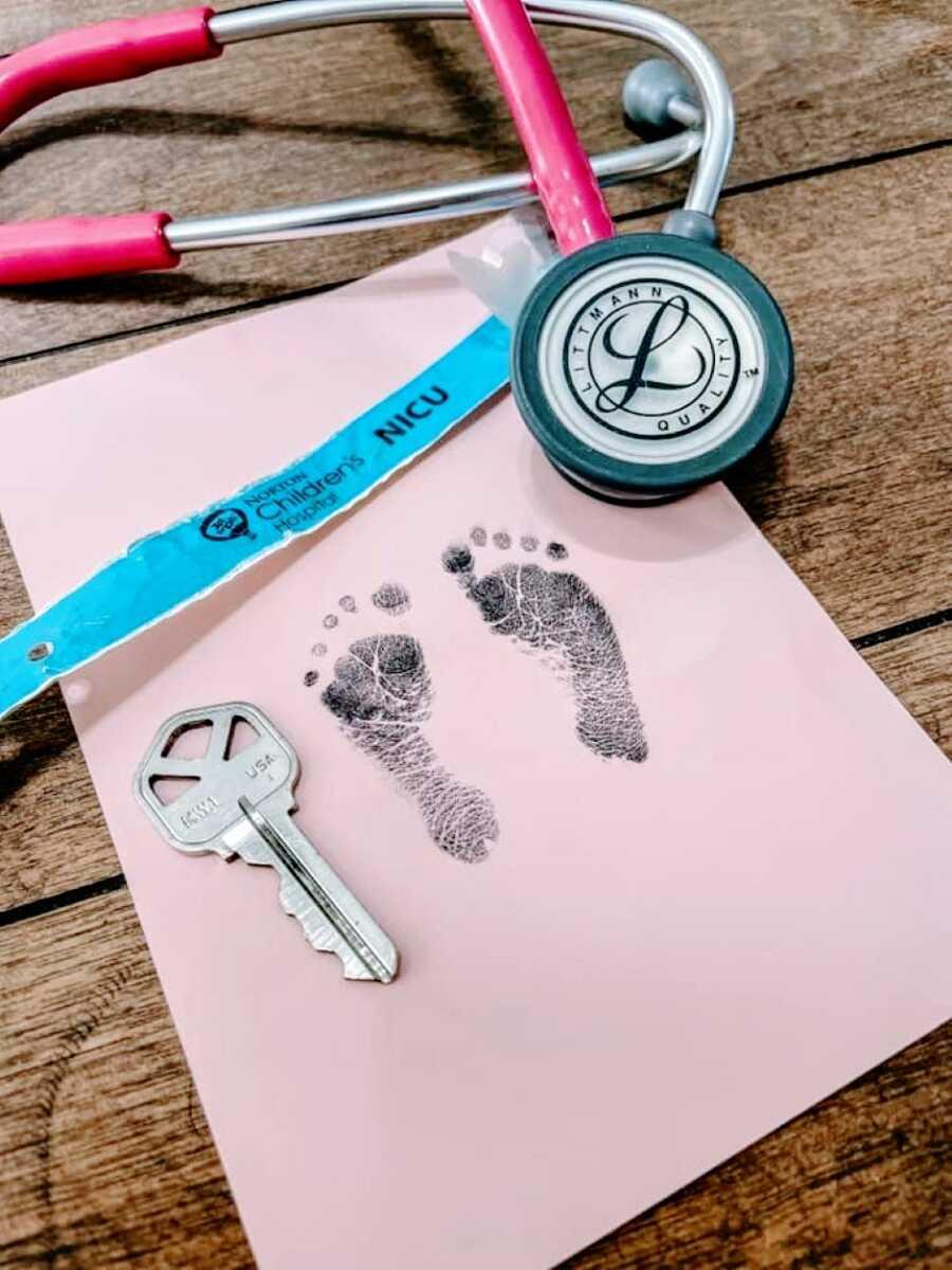 妈妈分享她的尼古尔沃里州的脚印照片,大约是钥匙的大小