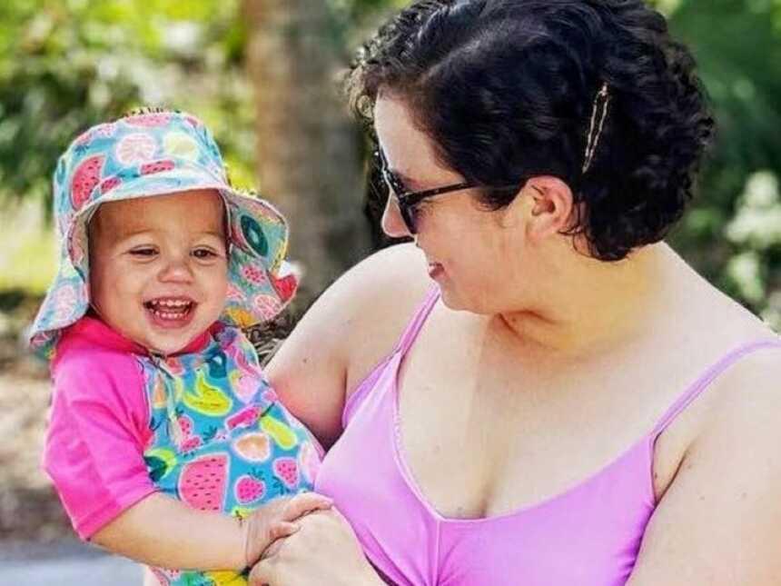 母女俩都穿着泳衣,一起享受着户外的阳光