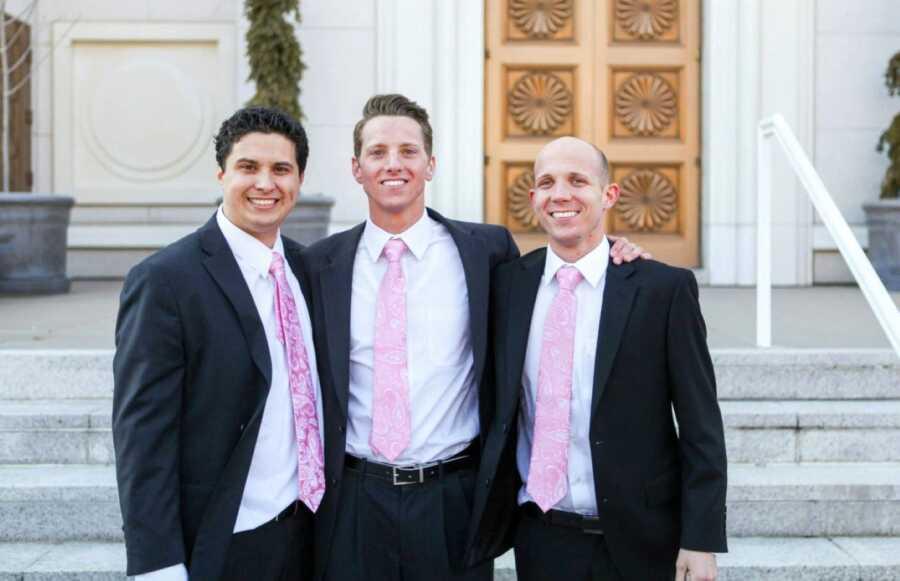 被同一家庭收养的三兄弟在他们的婚礼上一起拍照