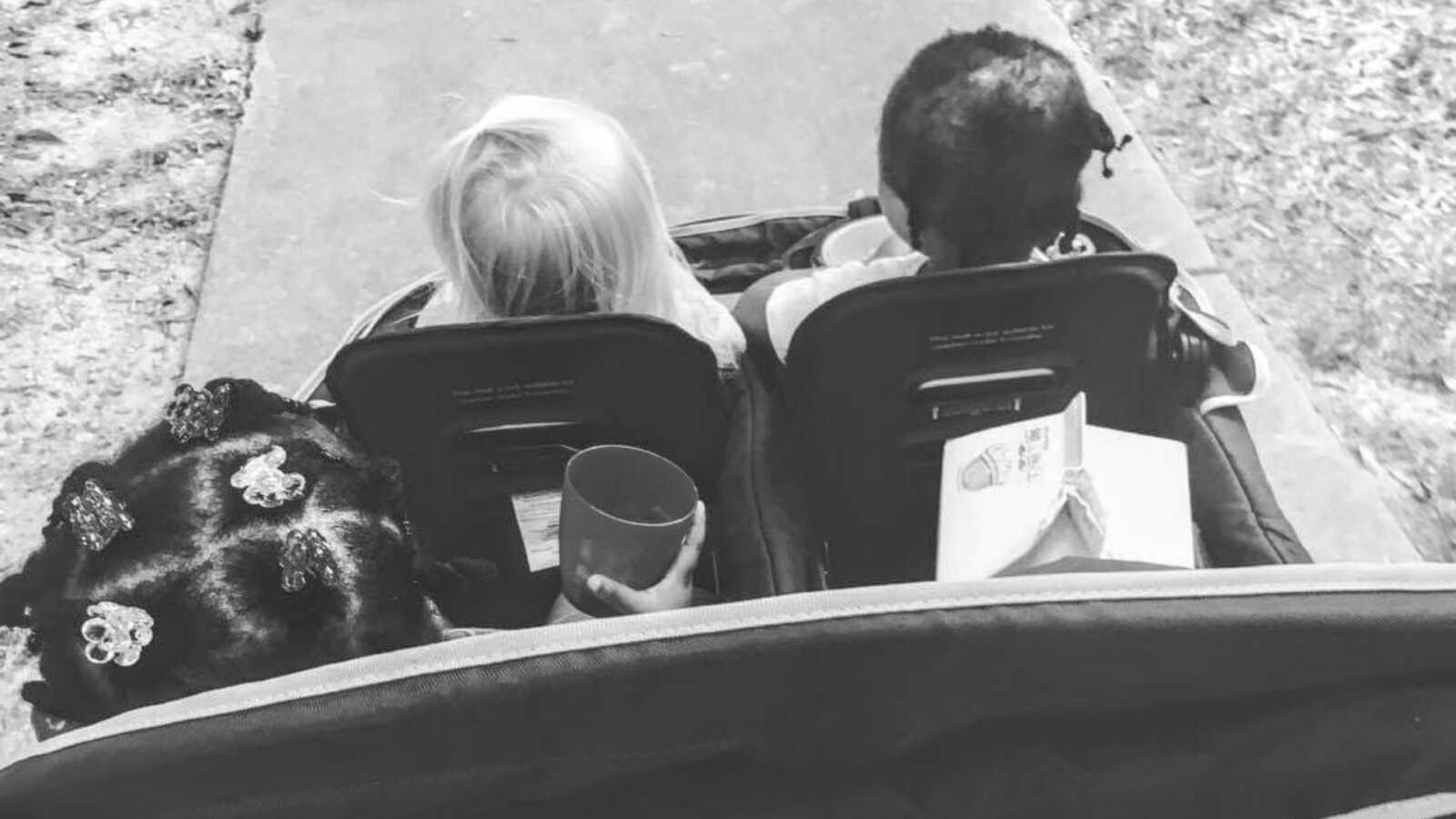 养母推着一辆载有三个孩子的婴儿车拍照