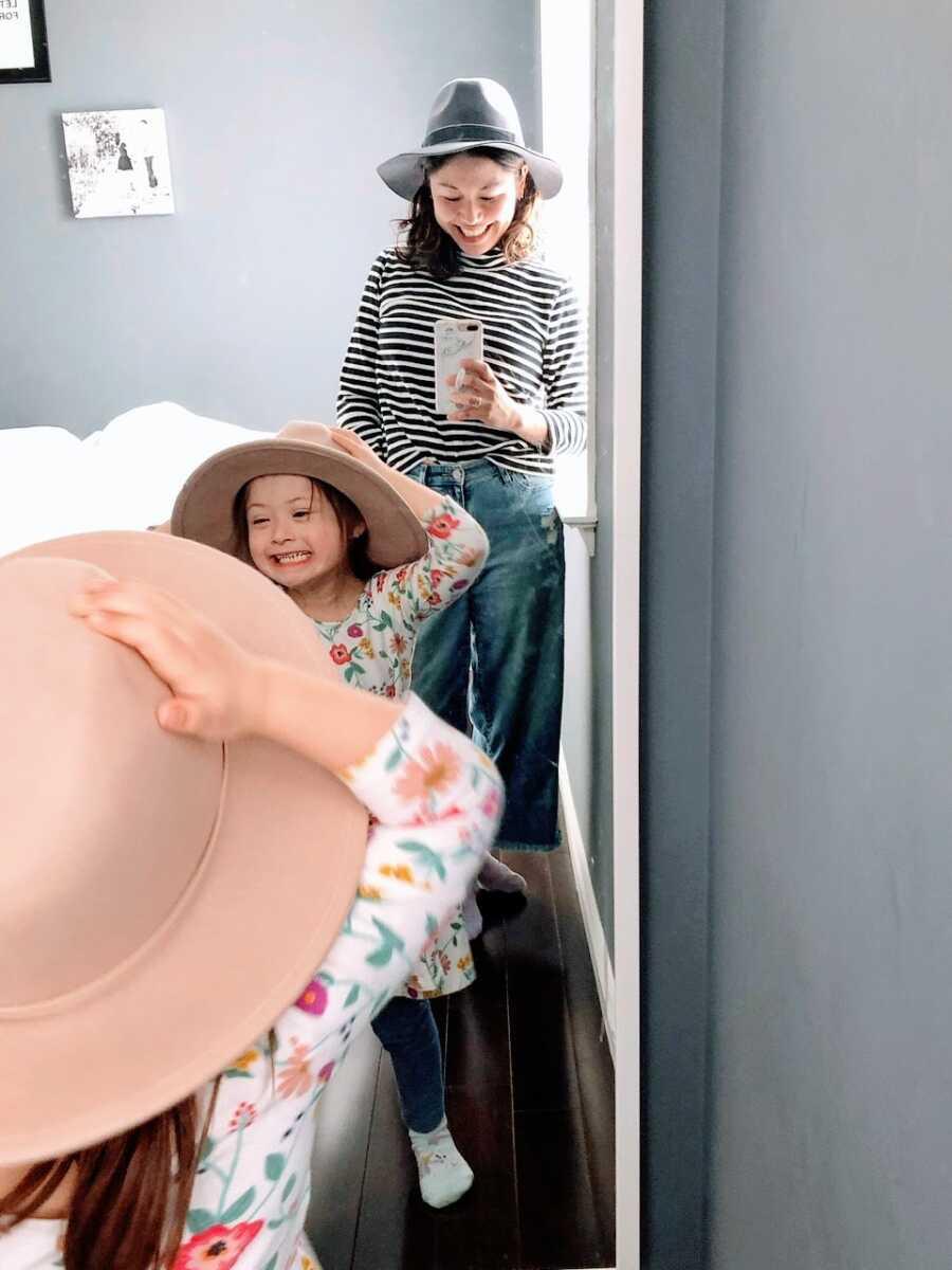 两个女孩妈妈用唐综合征带着镜子selfie带着她的女儿