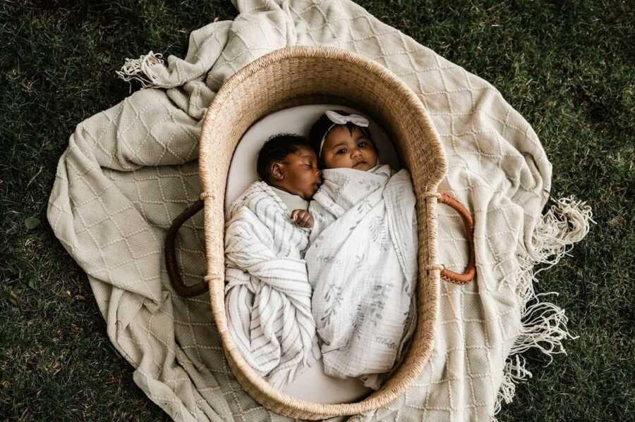两个新领养的婴儿