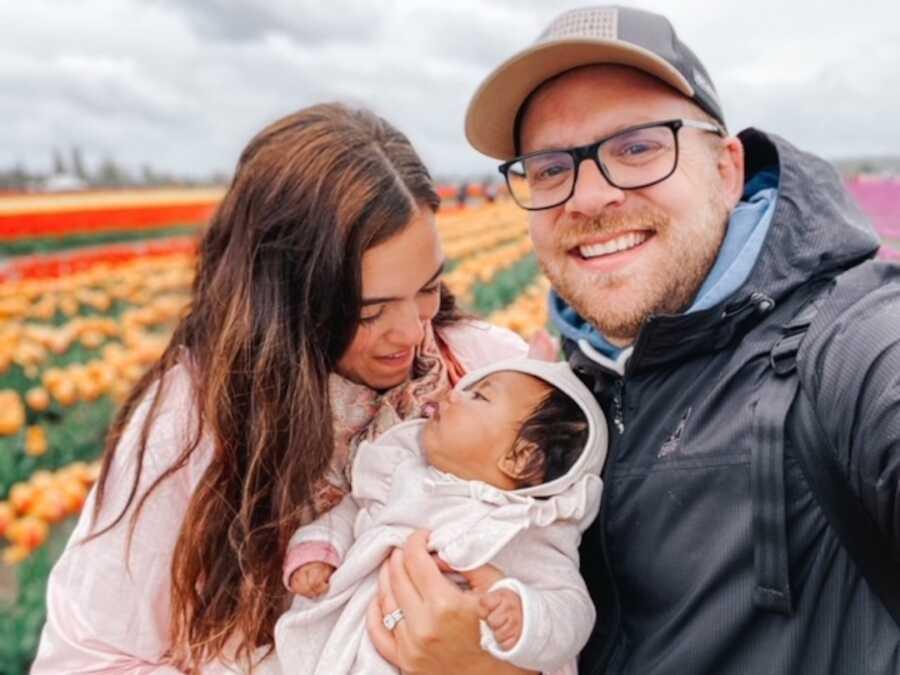 父母抱着收养的婴儿