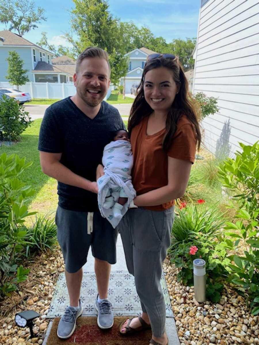 妈妈和丈夫抱着新领养的男婴
